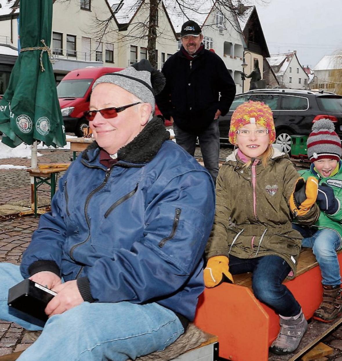 """Die jüngeren Besucher haben viel Spaß bei einer Rundfahrt mit der """"Eisenbahn"""" auf dem Marktplatz."""