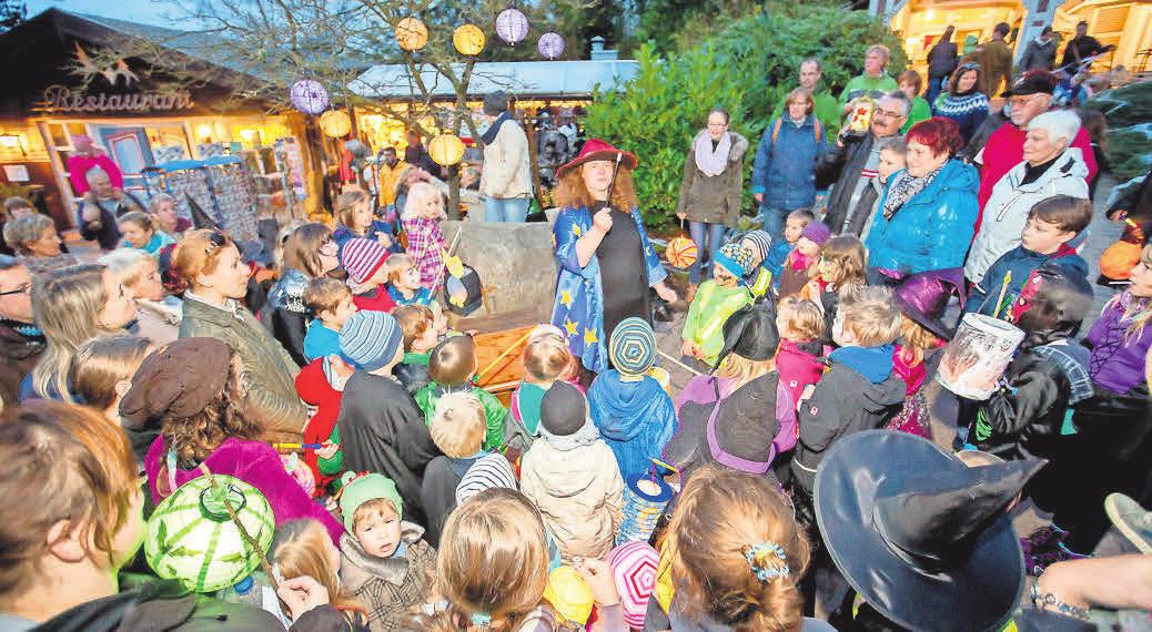 Die Zauberhexe Finsel nimmt die Kinder mit in die Zauberwelt der Magie.