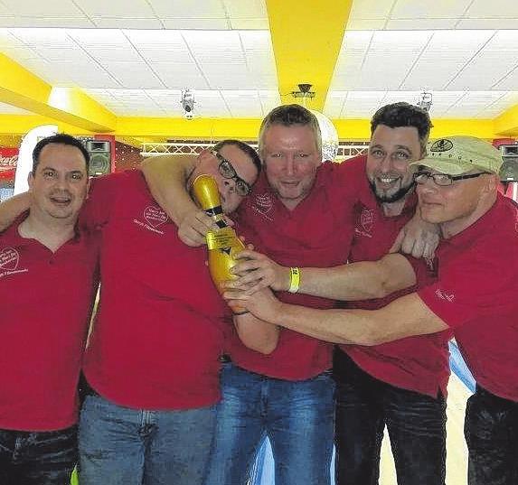 """So sehen Sieger aus: """"Team Harry"""" gewann den Firmen-Bowling-Cup im Jahr 2016."""