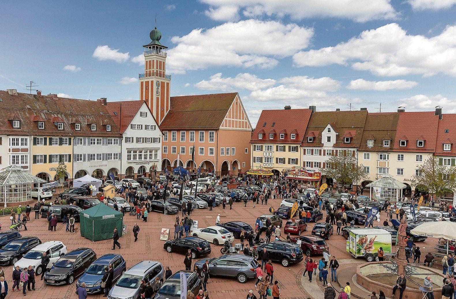 Die traditionelle Neu- und Gebrauchtwagenschau auf dem Freudenstädter Marktplatz ist ein Besuchermagnet. Bild: FreudenStadtMarketing