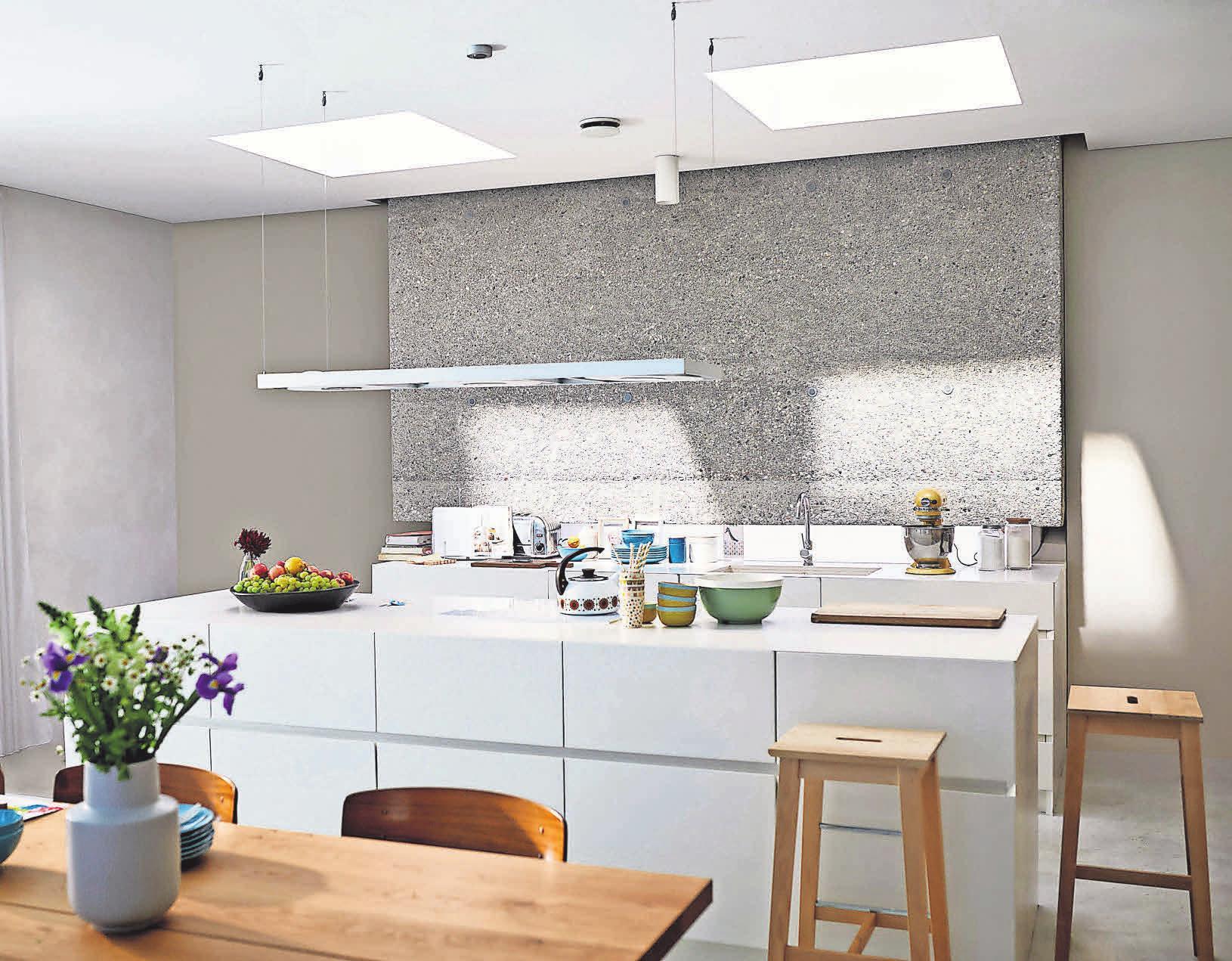 Es werde Licht: Flachdachfenster bringen die gewünschte Helligkeit und auf Knopfdruck auch Frischluft in den Bungalow. Foto: djd/Velux