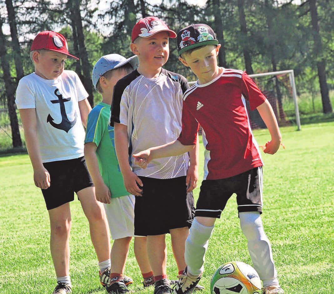 Kleiner Kicker mit großem Namen: Miro Klose (am Ball) spielt beim ESV Lok Döbeln in der F-Jugend. Das Team sucht derzeit weitere Mitstreiterinnen oder Mitstreiter. Foto: Andreas Neustadt