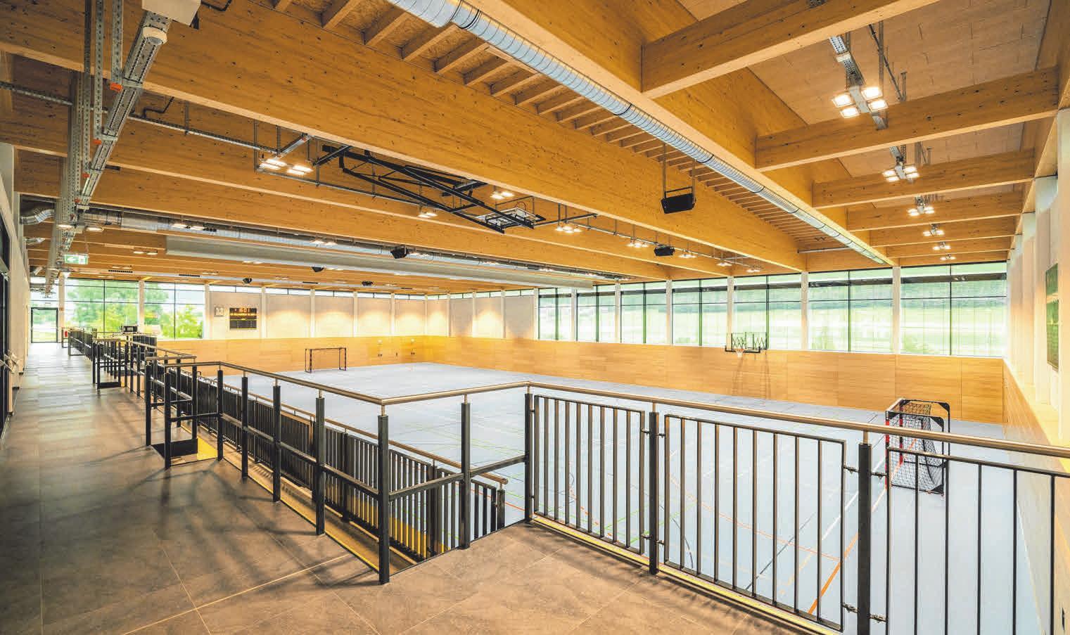 Der Neubau besteht aus einem zweigeschossigen Gebäude, das in eine Zweifeld-Sporthalle und einen Infrastrukturvorbau aufgeteilt ist. FOTOS: MICHAEL STIFTER