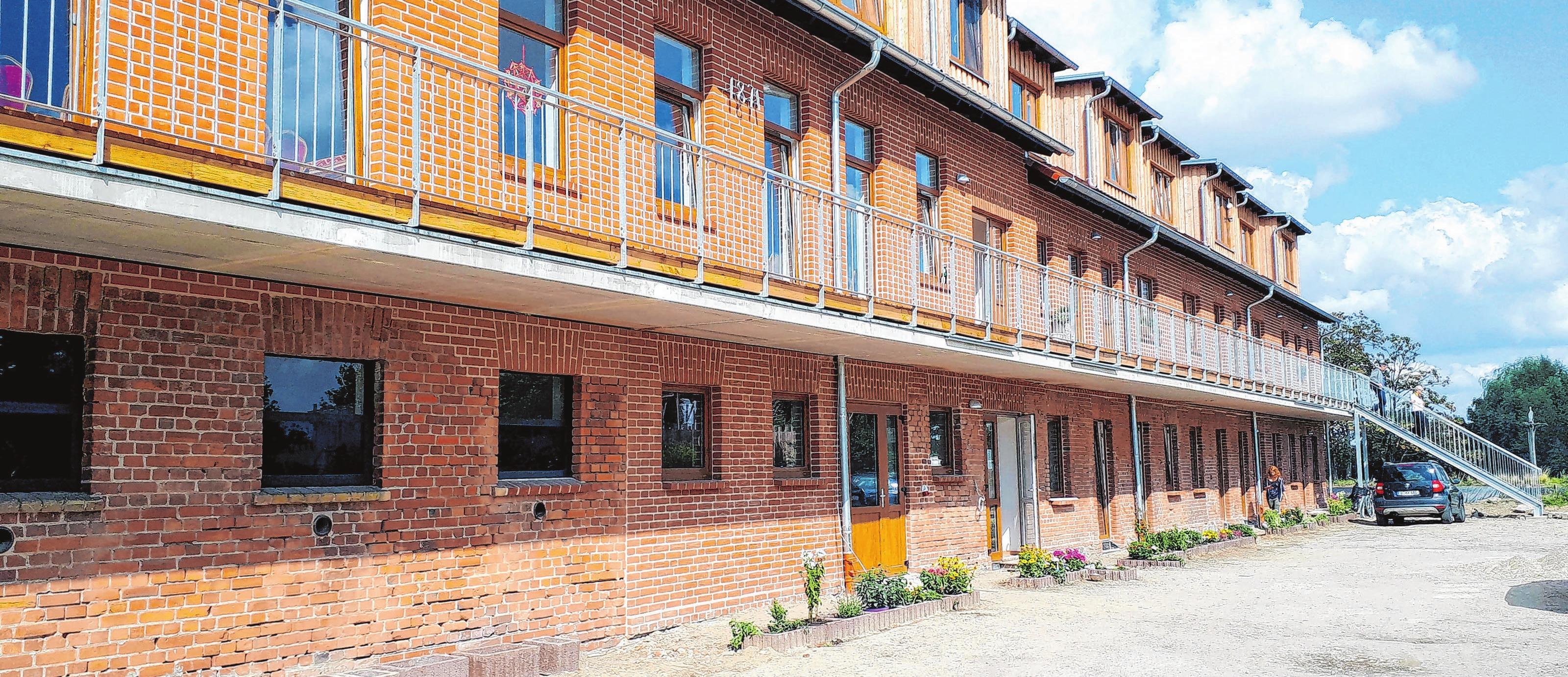 Bachsteinbau von 1871: Der frühere Kuhstall in Liepe ist nun ein Haus mit 13 Betriebswohnungen. Der Umbau wurde im Sommer 2018 fertiggestellt. Fotos: privat