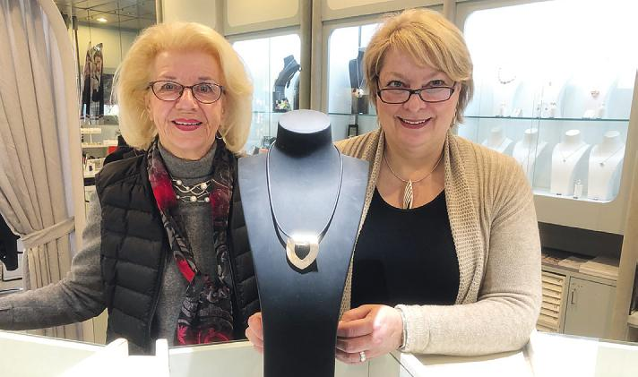 Dorit Glasner (l.) und ihre Mitarbeiterin Susann Sager vom Schmuck Studio Pinneberg haben eine große Auswahl an individuell gefertigtem Schmuck und arbeiten Erbstücke um Foto: Sabine Skibbe
