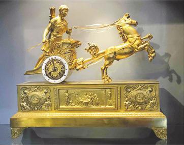 Äußerst rare Pariser Streitwagen-Pendule mit dem Gespann des Hippolytos. Empire, um 1805 bei Antike Uhren Linckersdorff, München<br><br>
