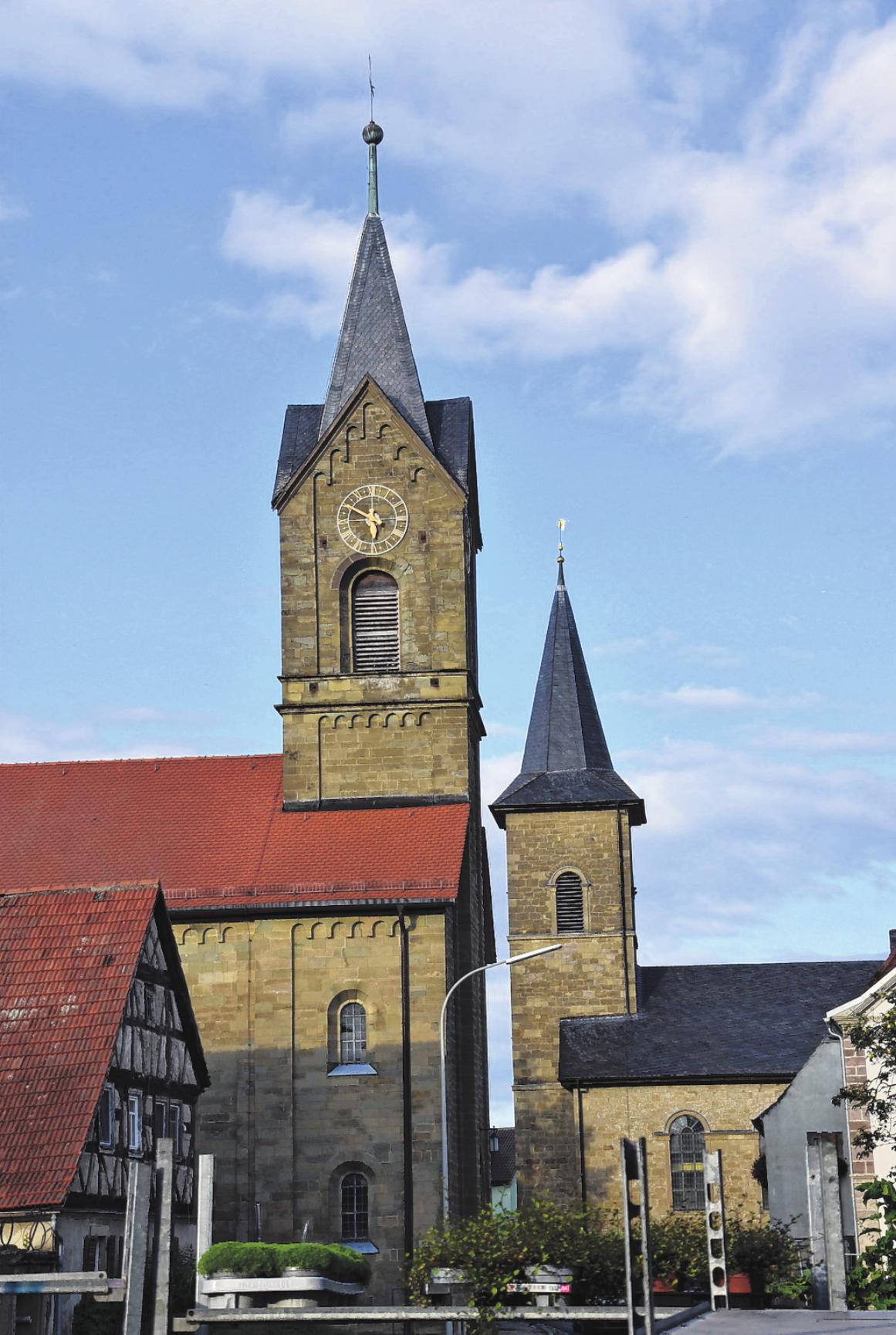 Die katholische Kirche (links) und die evangelische, die in unmittelbarer Nachbarschaft stehen, prägen das Ortsbild von Westheim.