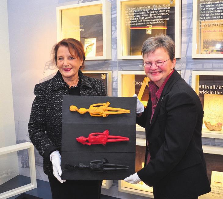 Künstlerin Irene Heimisch (l.) und Museumsleiterin Bettina Greffrath bei der symbolischen Übergabe.