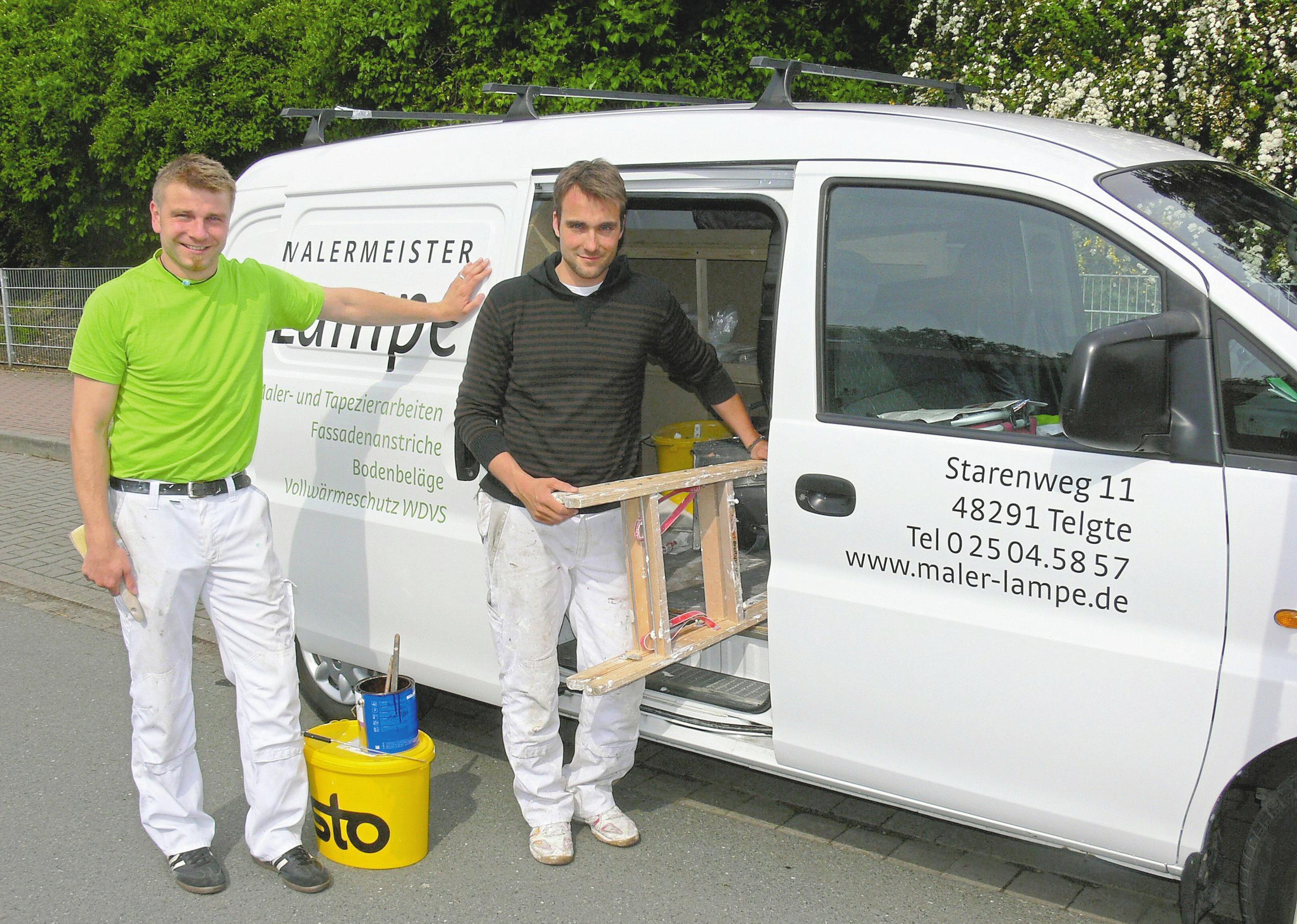 So fing alles an: Malermeister Dirk Lampe (l.) und sein Mitarbeiter Andreas Lohmann im Einsatz. Foto: Fa. Lampe