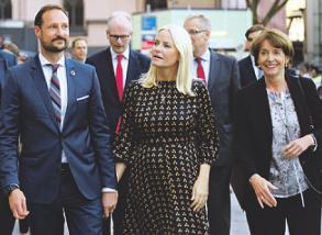 OB Reker (r.) empfing das Prinzenpaar.Foto: Schmülgen