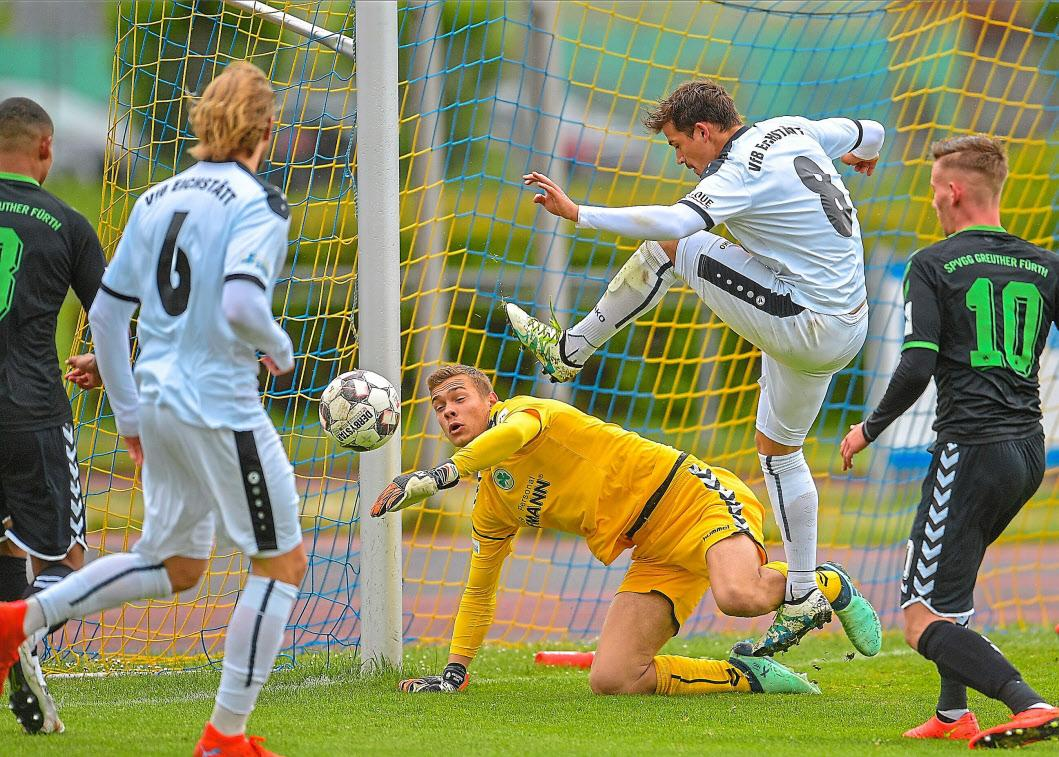 Spannungsgeladene Spiele kennzeichneten die Saison für den VfB, hier eine Szene im Match gegen Greuther Fürth am 4. Mai. Fotos: Traub