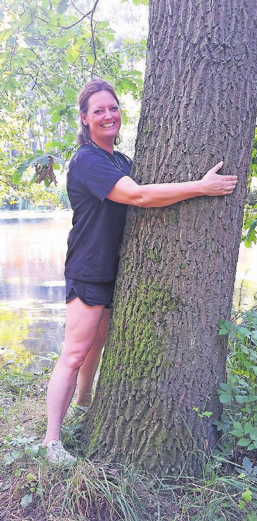 Meditationstrainerin Lonny Andersen bei der Wald-Wellness. Foto: Daniela Kebel