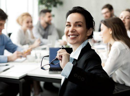 Über Weiterbildungsmaßnahmen kann man sich für spätere Führungsaufgaben qualifizieren. Bild: Prostock-studio/stock.adobe.com