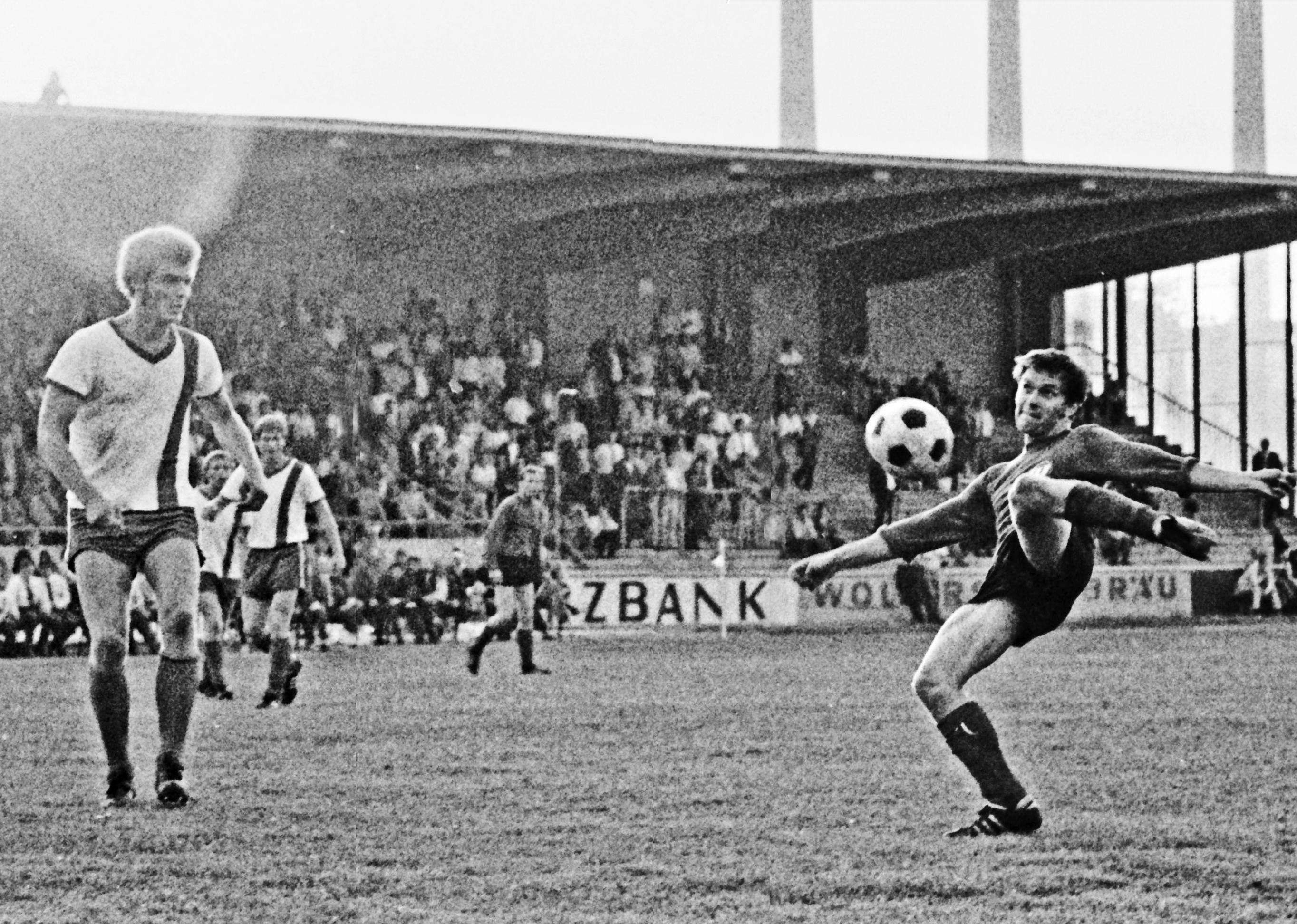 """Funkturm: Zehlendorfs 1,96 Meter großer Libero Uwe Kliemann (links), Spitzname """"Funkturm"""", gehörte nicht nur wegen seiner Körpergröße zu den herausragenden Spielern der Aufstiegsrunde. Wie sein Teamkollege Wolfgang Sühnholz hatte er bereits einen Bundesliga-Vertrag bei Rot-Weiß Oberhausen in der Tasche - und wurde später bei Eintracht Frankfurt und Hertha BSC zu einem der besten deutschen Verteidiger. Anschließend arbeitete er unter anderem bei Eintracht Braunschweig und dem VfL Wolfsburg als Jugend- und Co-Trainer, überall war er nie um einen guten Spruch verlegen - und ist es bis heute nicht. Auf mögliche Prämien in der Aufstiegsrunde 1970 angesprochen, sagt er trocken: """"Verglichen mit den jetzigen Gehältern haben wir nicht für Peanuts gespielt, sondern für Pferdekacke..."""""""