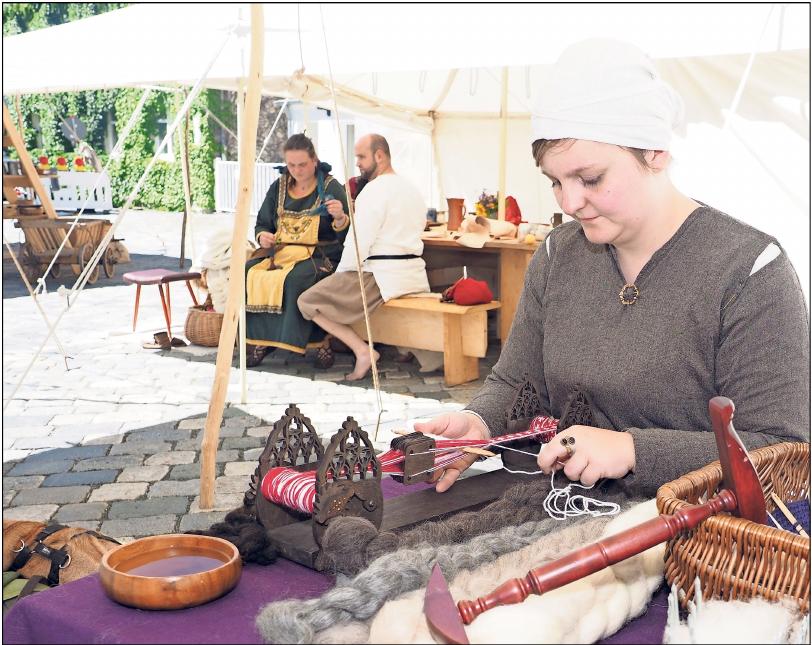 Handwerk und mittelalterliches Leben können die Besucher, wie schon 2008, auf dem Markt in Creußen erleben. Fotos: Archiv/red
