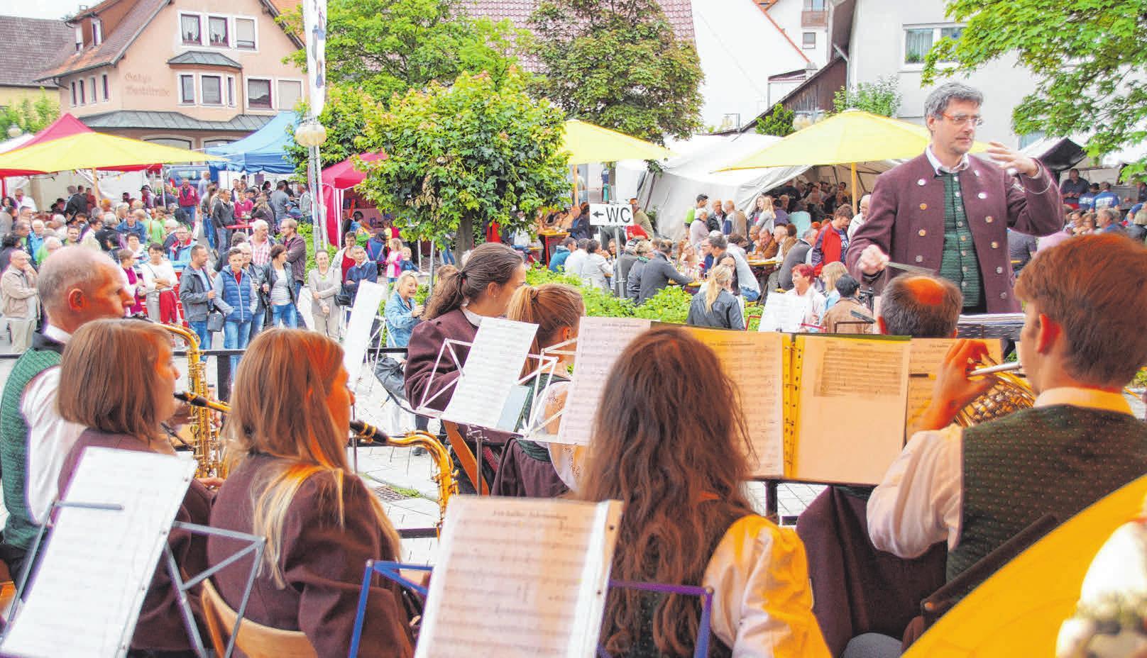 Der Musikverein Daugendorf gibt eines der Platzkonzerte. FOTO: WOLFGANG LUTZ