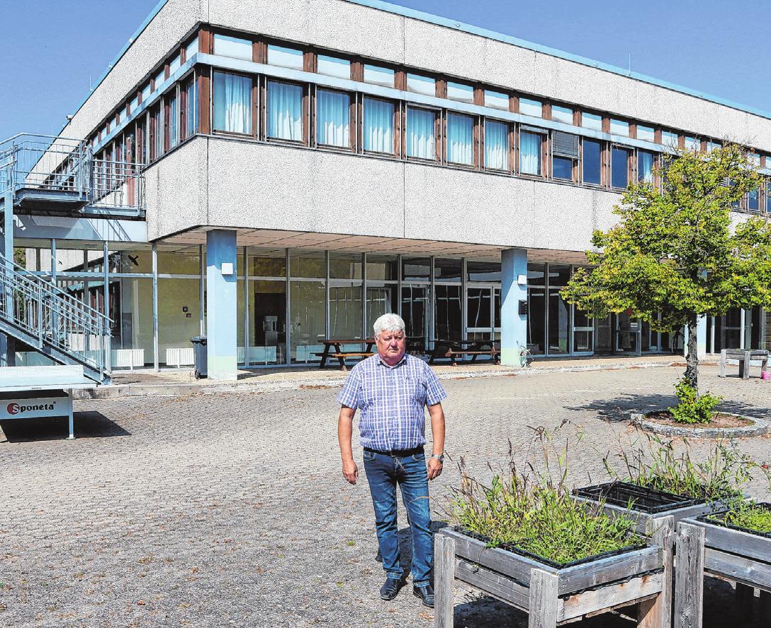 Bürgermeister Reinhold Klein an der Ehegrundschule, deren Renovierung ansteht.