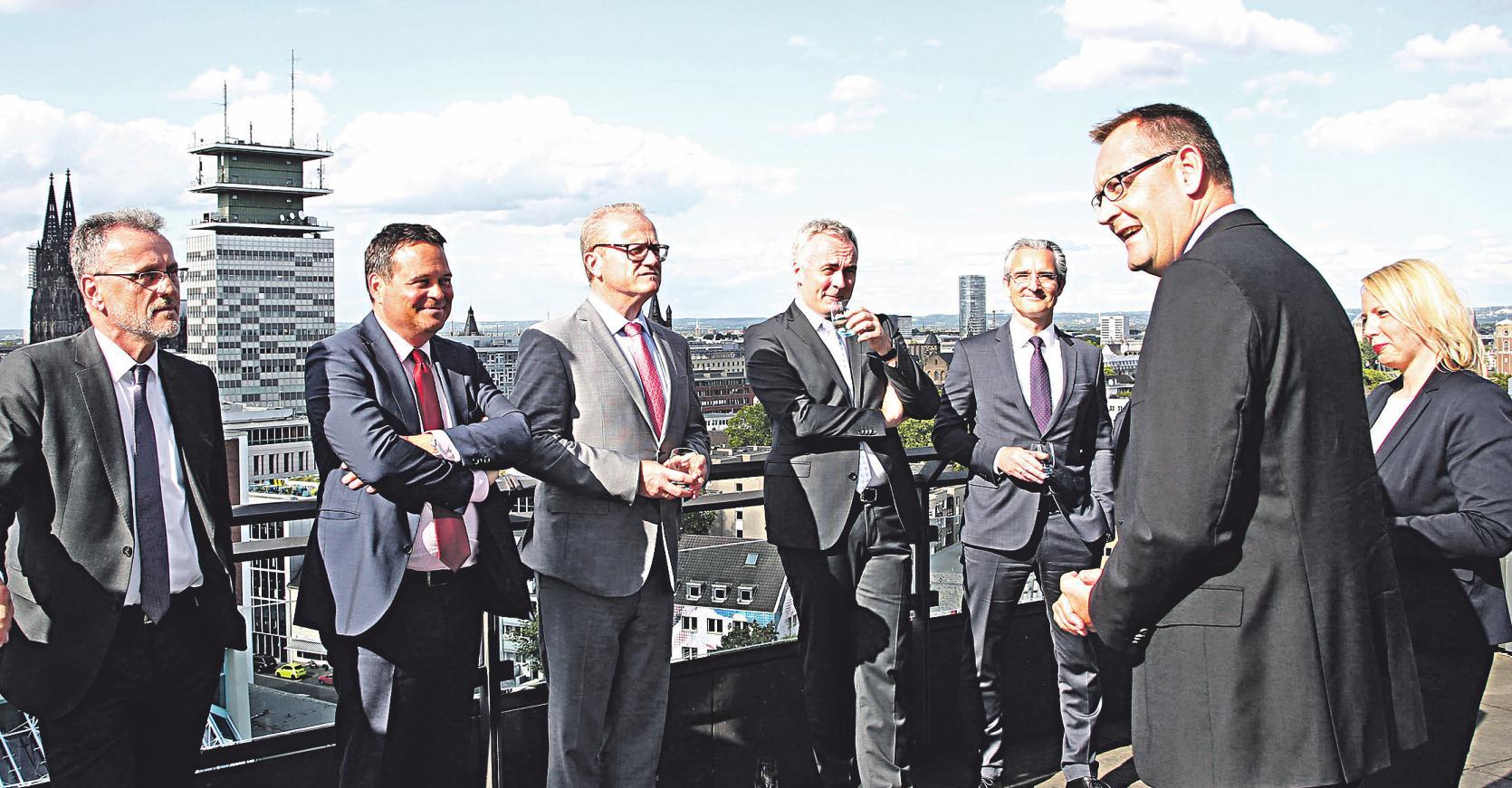 Karsten Hundhausen, Geschäftsführer Tageszeitungen, Anzeigenblätter und Hörfunk des Medienhauses DuMont Rheinland (im Vordergrund), begrüßt die Teilnehmer des Runden Tisches Bild: Thomas Banneyer