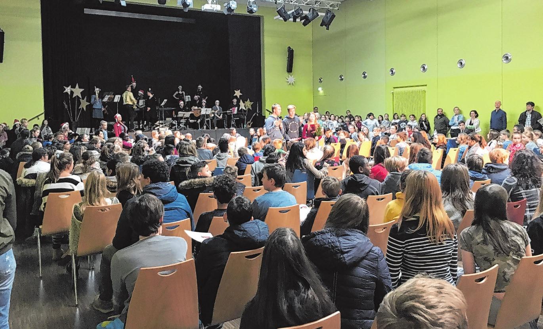 Vielfältiges Schulleben: Bei der Weihnachtsfeier war die Aula voll Foto: Irena-Sendler-Schule