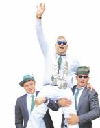 Tobias Beckhaus (Mitte) ließ sich nach dem Treffer, der ihn zum Schützenkönig machte, tüchtig feiern. Fotos: St.-Pantaleon-Schützenbruderschaft