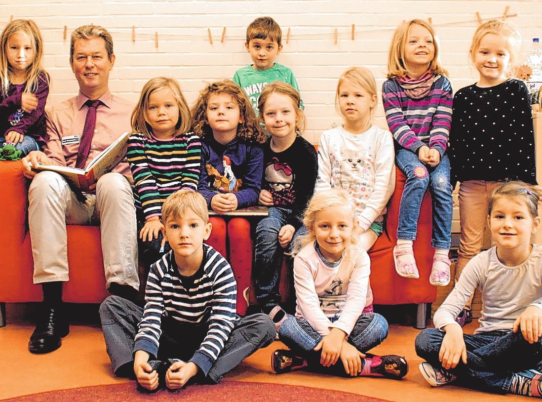 """AOK-Teamleiter Jens Marquardt liest den Kindern in der KiTa """"Am Kaiserholz"""" in Neustadt vor. FOTO: AOK"""