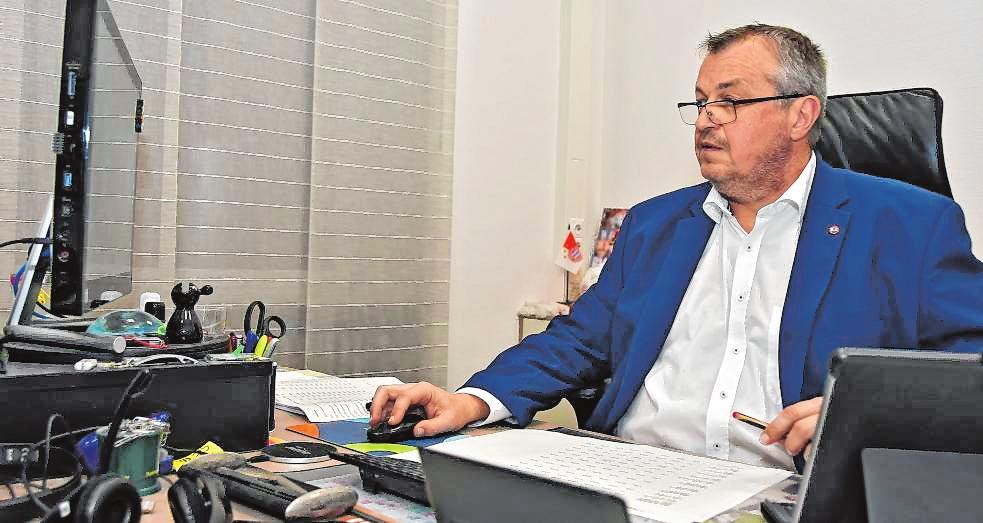 Bürgermeister Rolf Richter verfolgte die Auszählung der Stimmen in seinem Büro im Rathaus. BILD: FUNCK
