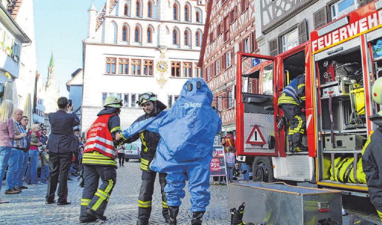 Schauübungen sind beim Publikum immer ein beliebtes Ereignis und zeigen die Feuerwehrarbeit. FOTOS: FEUERWEHR WALDSEE