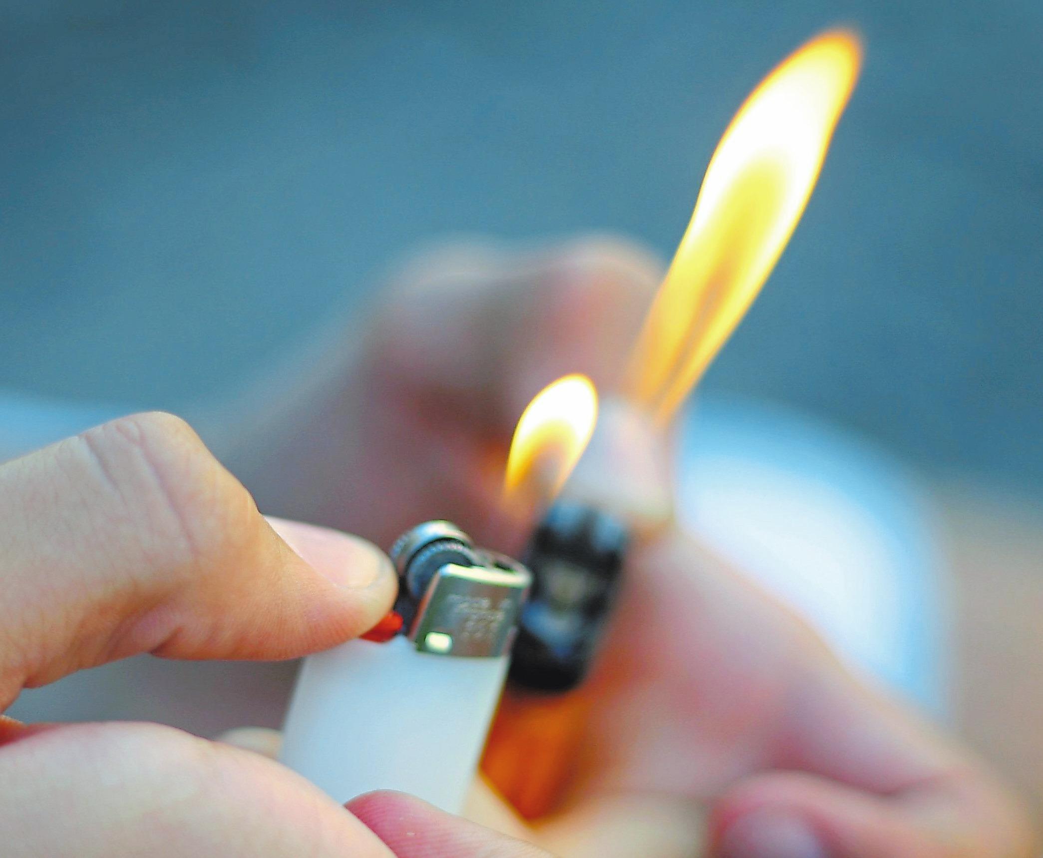 Mit Hilfe eines Feuerzeugs und eines einfachen Tests lässt sich herausfinden, ob die Fenster gut gedämmt sind. Foto: dpa