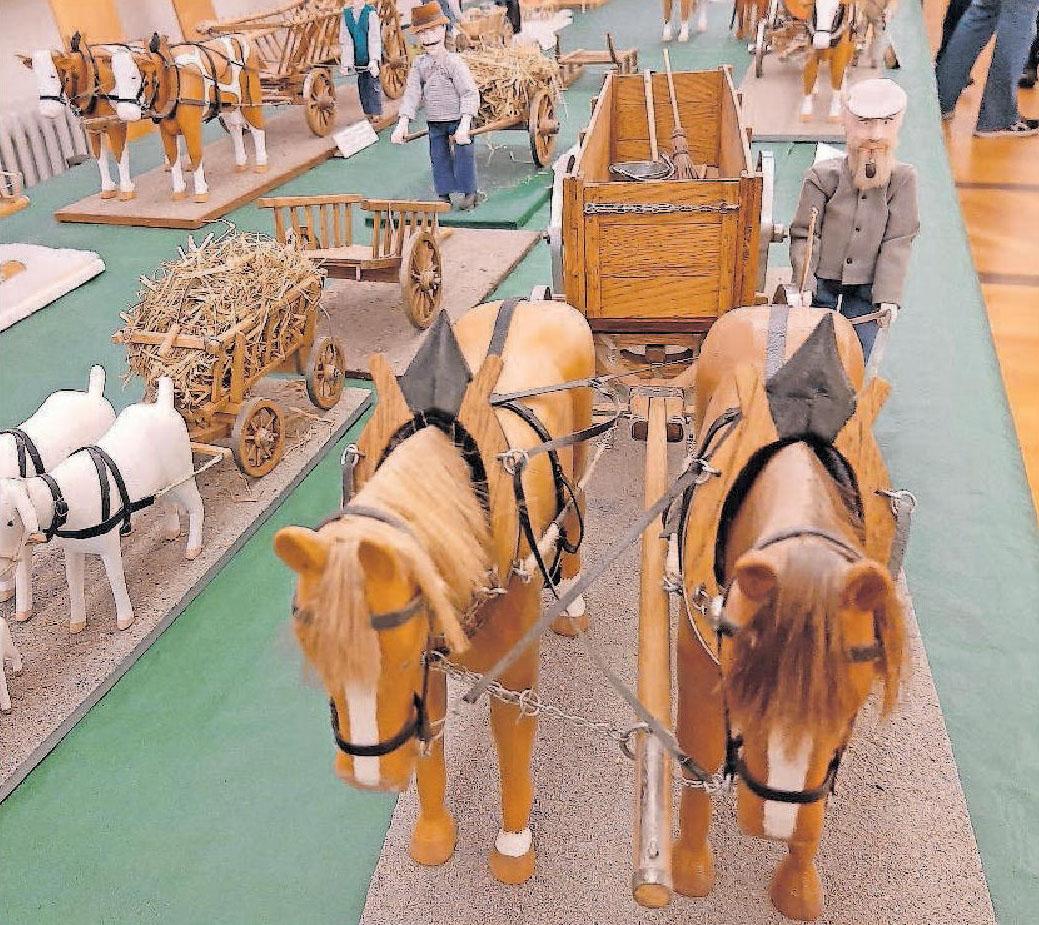 Müllabfuhr anno dazumal: Die Miniaturen-Ausstellung zeigt auch das erste Fuhrwerk der Mutterstadter Müllabfuhr mit Halle (rechts), so der Spitzname des damaligen Mülleinsammlers. FOTO: BRÄUNLING