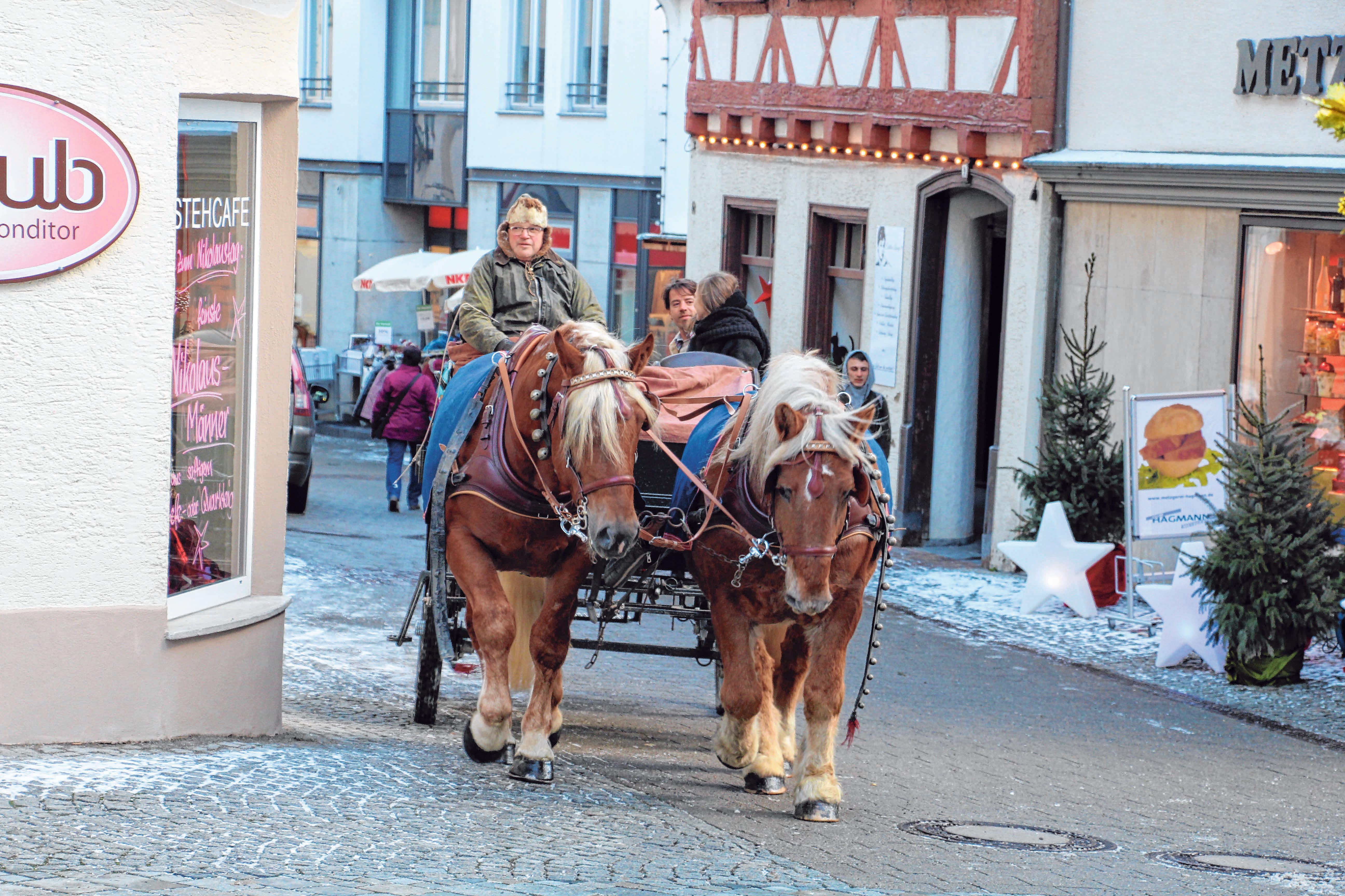 Kutschfahrten mit Robert Maier durch die adventlich geschmückte Altstadt sind bei Jung und Alt beliebt. FOTO: SCHMIDL