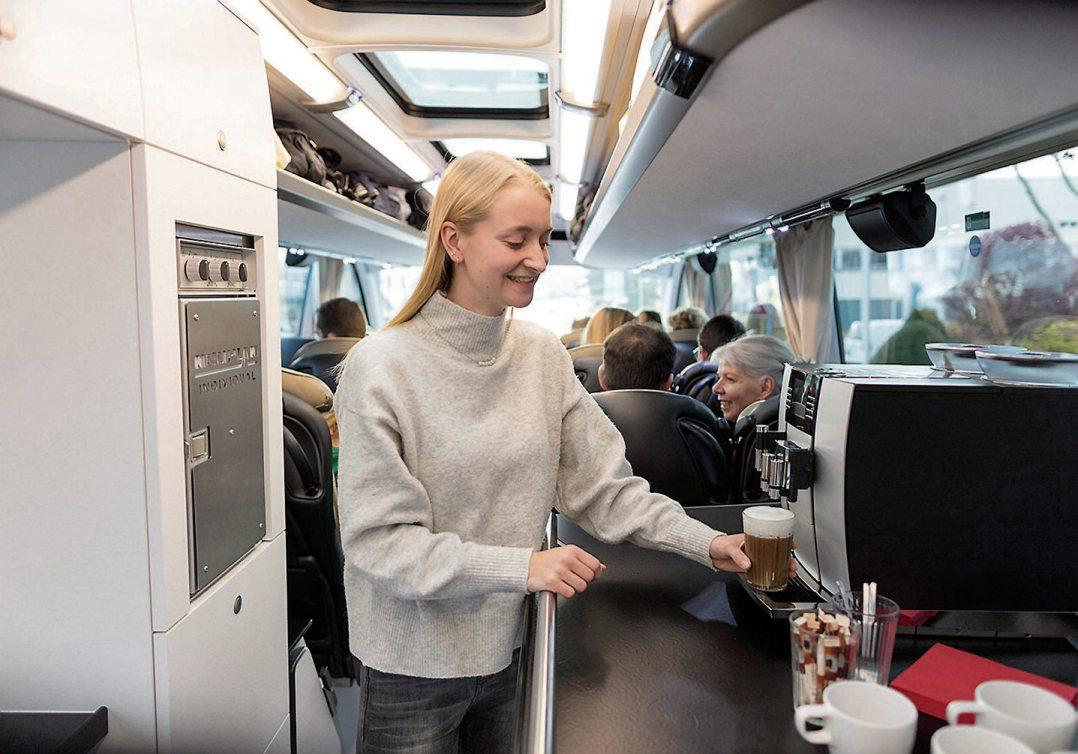 In Bistrobussen mit Bordküche werden die Gäste kulinarisch verwöhnt. Bilder: © gbk
