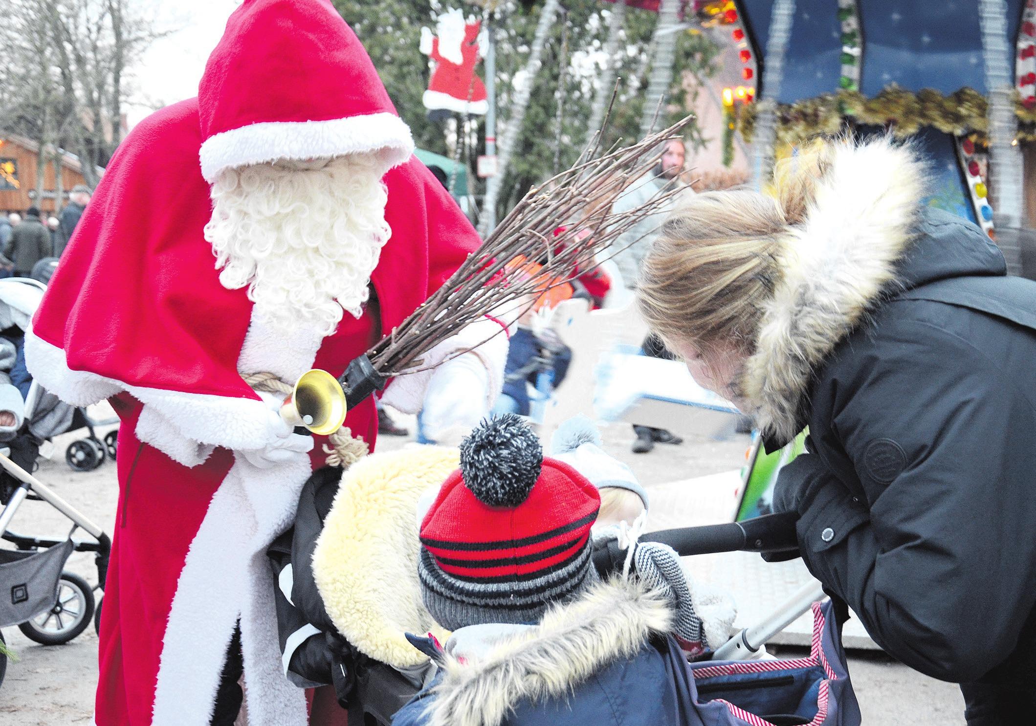 Zum Weihnachtsfest gibt es für die Kinder vom Weihnachtsmann Geschenke.