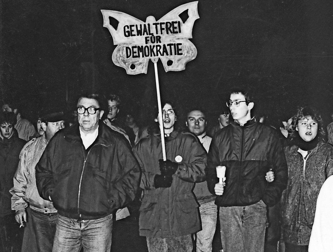 Demonstranten ziehen am 7. Dezember 1989 durch Rostock: Unter dem Zeichen des Schmetterlings treten sie gewaltfrei für Demokratie und für Reformen in der DDR ein. Fotos (2): Dietmar Weidler / Archiv Schmidtbauer