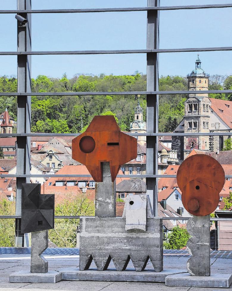 Große Kunst auf dem Vorplatz der Kunsthalle Würth lädt zum Besuch ein. Außerdem gibt es von dort einen prächtigen Blick über die Altstadtsilhouette Schwäbisch Halls. Fotos: Archiv