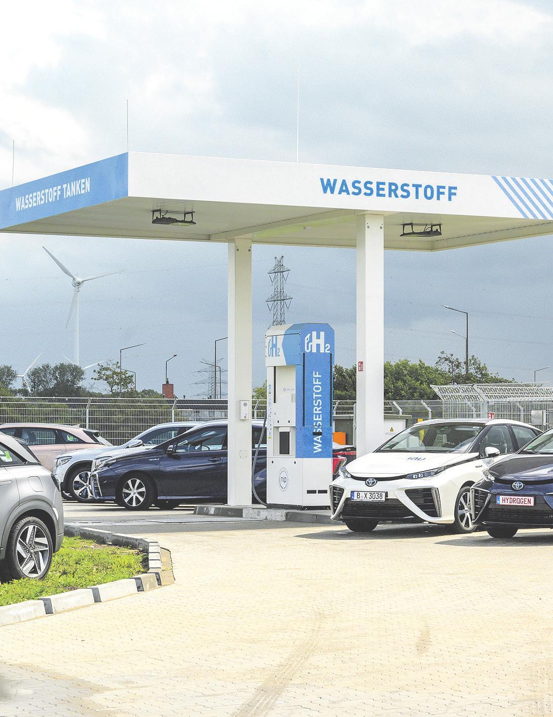 Eine Wasserstoff-Tankstelle im schleswig-holsteinischen Brunsbüttel, davor einige mit Wasserstoff betriebenen Brennstoffzellen-Automobile