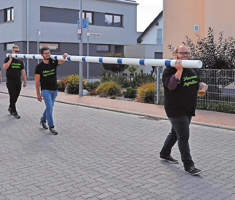 Auf dem Weg zum Kerweplatz: Mitglieder des Jugendhauses haben 2018 sogar den Kerwebaum beim Umzug durch den Ort getragen,Musikgruppen sorgen für Stimmung auf der Wegstrecke.FOTOS: CLEMENS