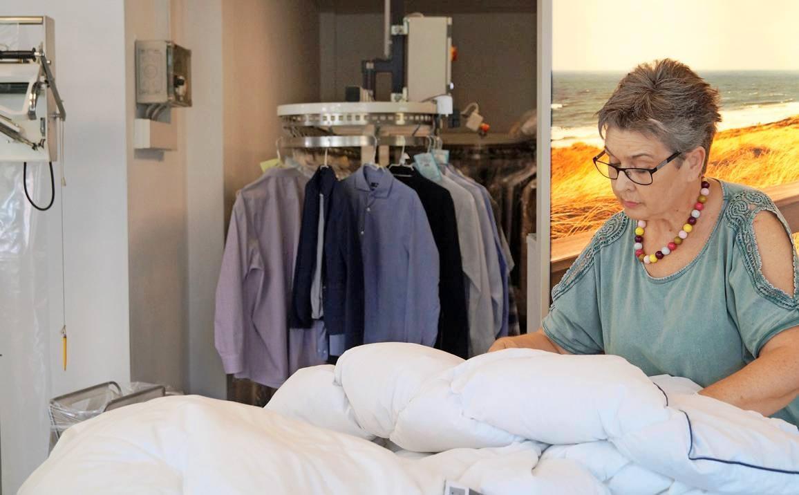 Aus hygienischer Sicht ist es wichtig, dass sich Bettdecken bei einer Wäsche ausreichend entfalten können. Die Fachleute wissen, wie es geht. Foto: dtv
