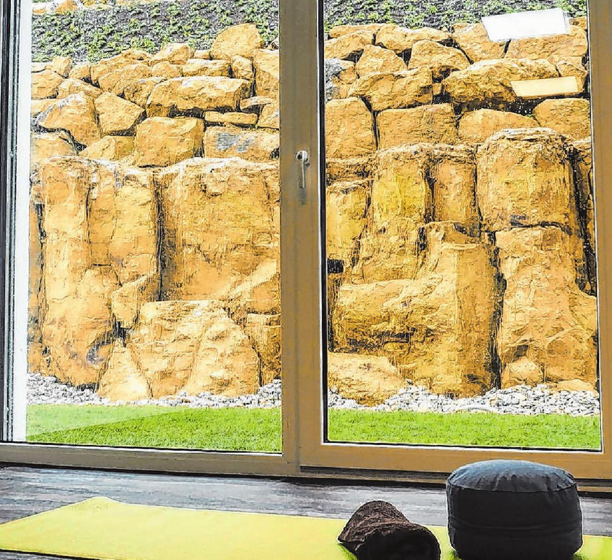 Der Alltag ist weit weg: Von den Ruhe- und Massageräumen aus hat man einen schönen Blick auf die Felsengartenanlage.