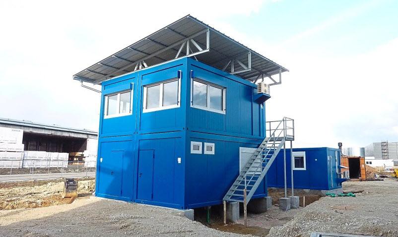 Diese 4er Büro-Container-Anlage – zweistöckig mit Pultdach, Außentreppe und benachbartem Labor-Container – wurde im Interpark Kösching installiert