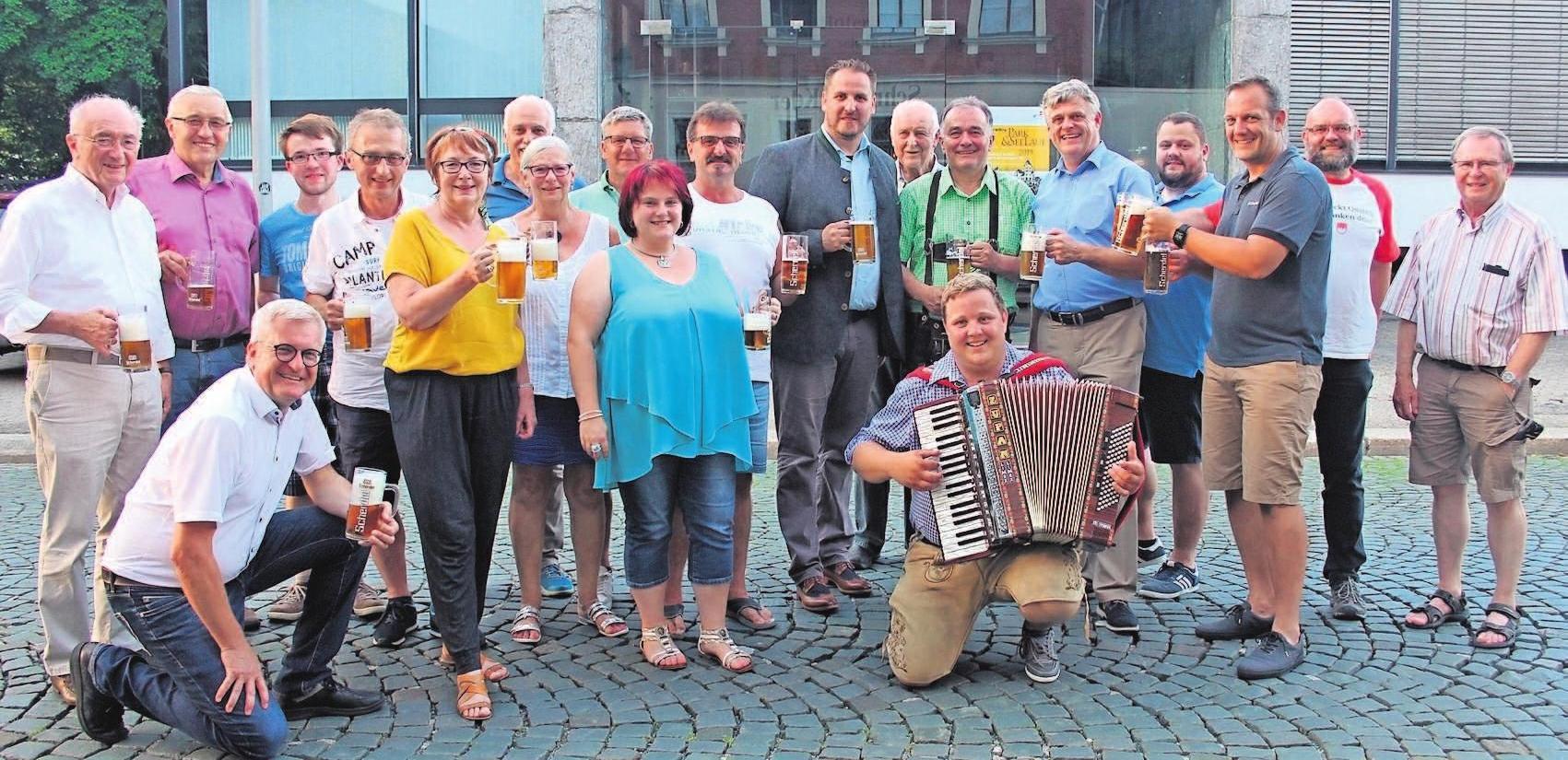 Das Münchberger Wiesenfest steht an, das Bier ist eingebraut und es schmeckt. Davon hat sich die Abordnung aus Bürgermeistern, Stadträten, Stadtverwaltung und Schützengesellschaft als Festwirt auf Einladung der Scherdel Bräu in Hof überzeugt. Auch heuer wird die Maß Bier zum Wiesenfest wieder 6,40 Euro kosten.