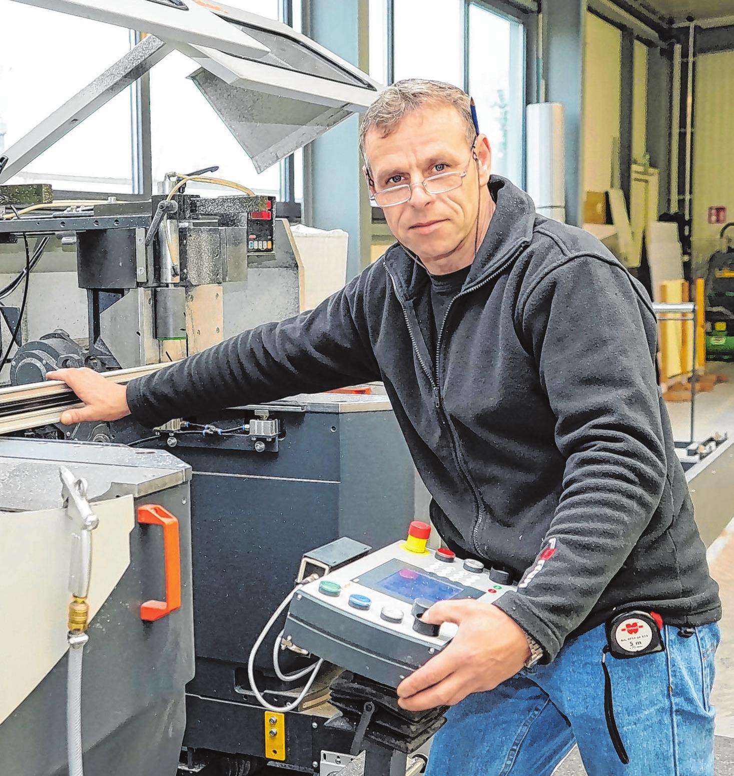 Maik Reuschel schneidet dieAluminiumprofile zu.