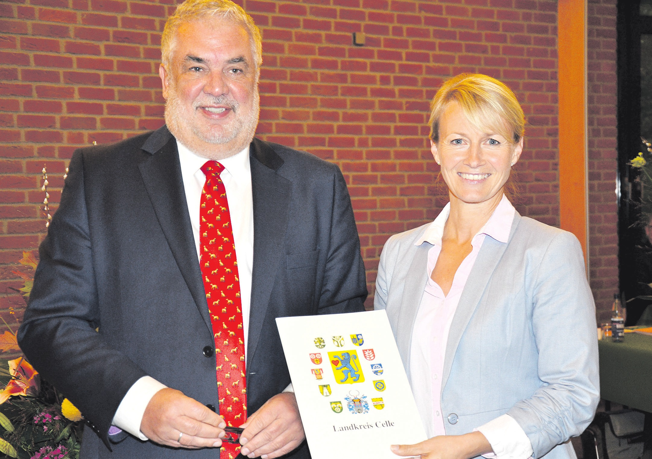 Landrat Klaus Wiswe (links) überreichte der Vorstandsvorsitzenden der Bürgerstiftung Bergen, Nadine Friedrichs (rechts), die Urkunde des Ehrenamtspreises. Foto: Müller