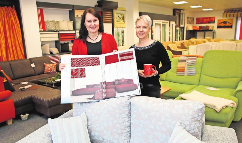 Neue Stoffe für noch mehr Auswahl: Peggy Wede (links) und Peggy Riedel beraten bei Amieno Polstermöbel zu maßgeschneiderten Polstergarnituren. Foto: André Kempner