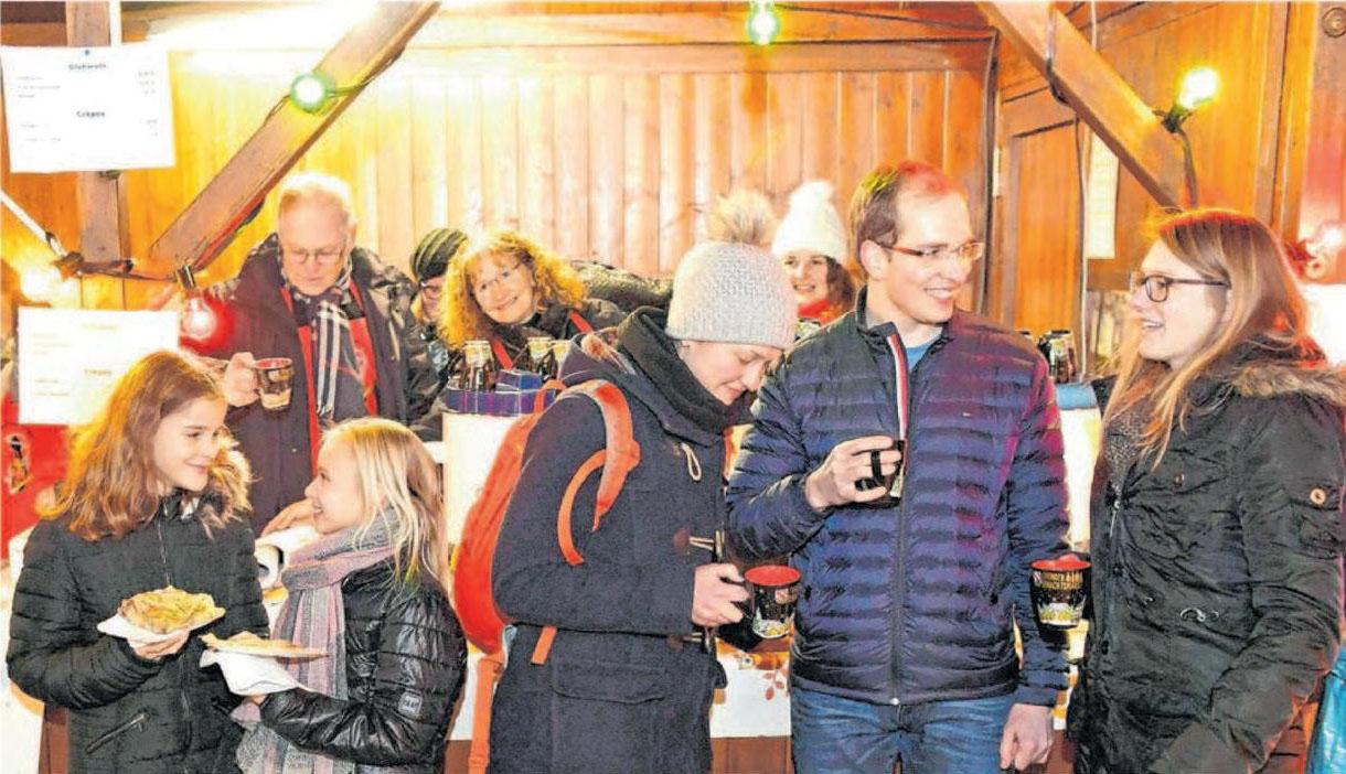 Die Ehinger Muckenspritzer verwöhnen die Einkaufsbummler wieder mit Glühwein, Punsch, Wienerle und Crépes. Fotos: Jürgen Emmenlauer