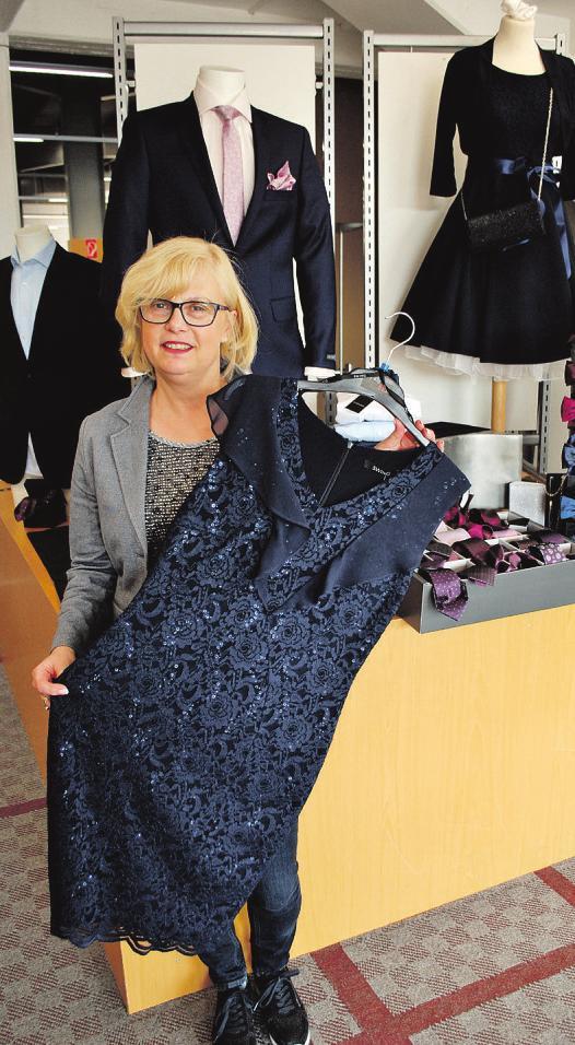 Ulrike Schwegat stellt bei Tatex festliche Mode für Damen und Herren zusammen Foto: Tina Jordan