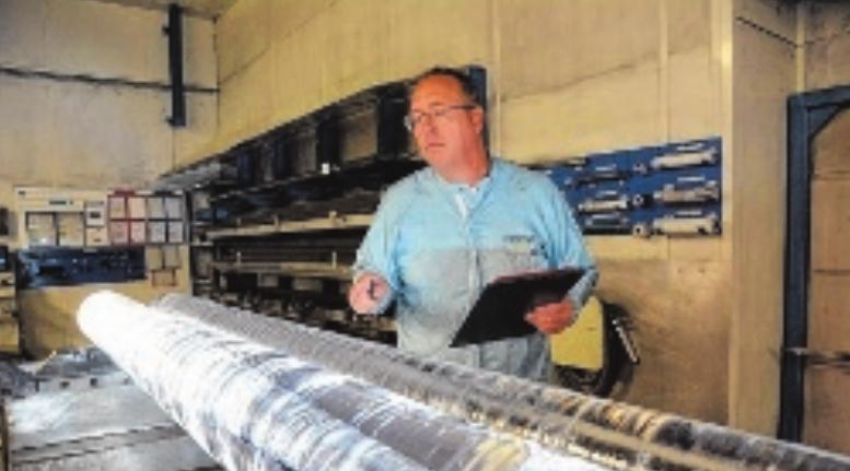Mitarbeiter Thomas Krämer führt eine Qualitätsprüfung an frisch produzierten Quarzglas-Rohlingen durch. FOTO: ANDREAS LÖFFLER