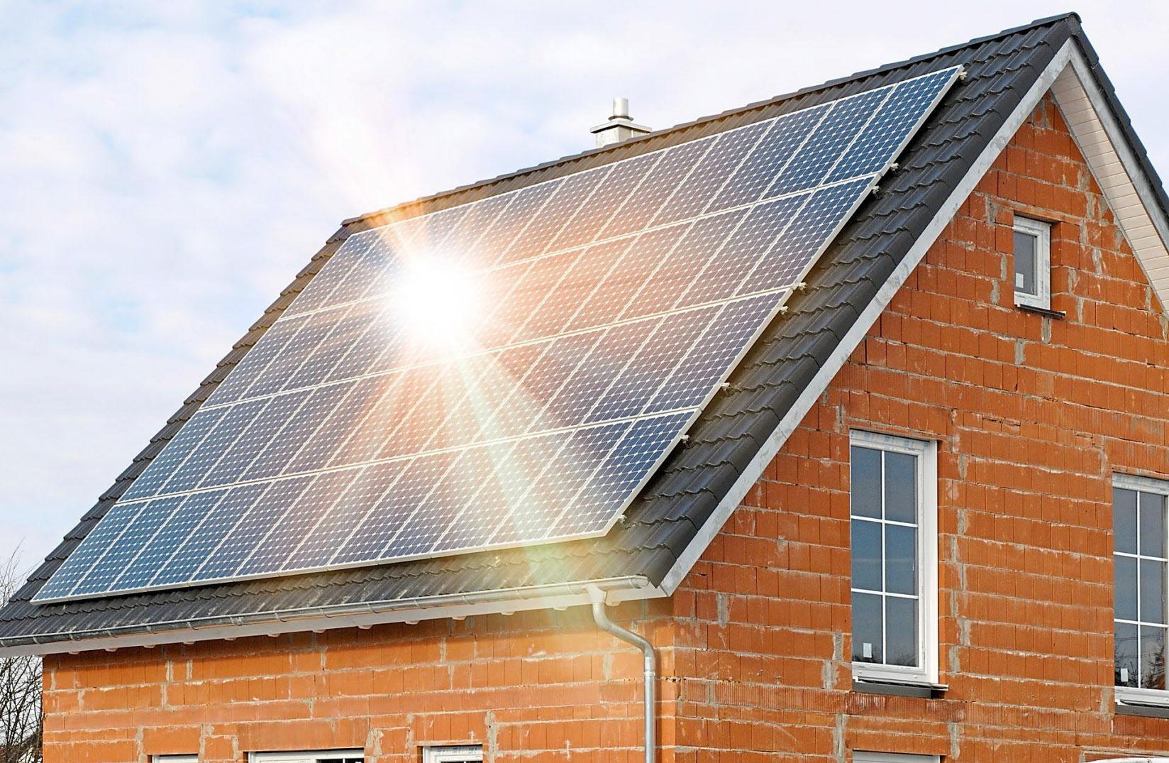 Die Sonne schickt keine Rechnung:Wer sein Dach zur Solarenergiegewinnung nutzt und den Stromselbst verbraucht, macht sich unabhängiger von Stromlieferanten. Foto: Getty Images