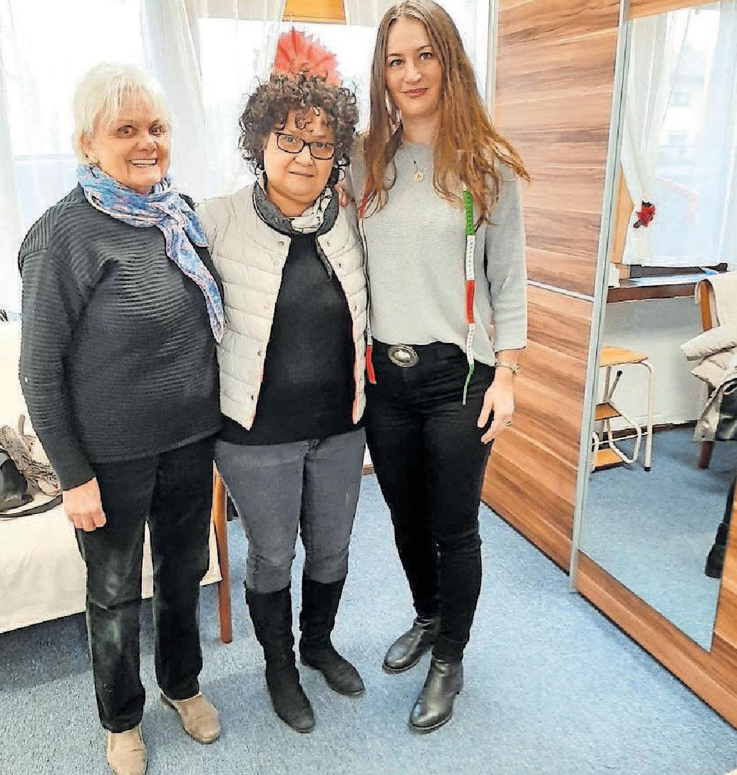 Eingespieltes Team in der Änderungsschneiderei: Ariatna Krebs (Mitte) mit Florentina Özsan (rechts) und Erika Roth, die Krebs bei Besorgungen unterstützt.      FOTO: SCHAAR