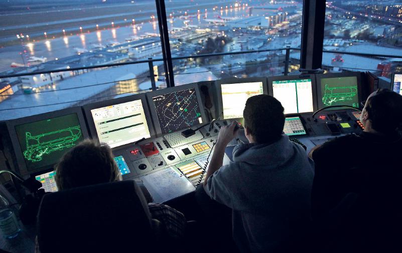Fluglotsen regeln im Tower den Luftverkehr. Ein Beruf mit viel Verantwortung – entsprechend gut wird er bezahlt. Foto: Oliver Berg/dpa/dpa-tmn