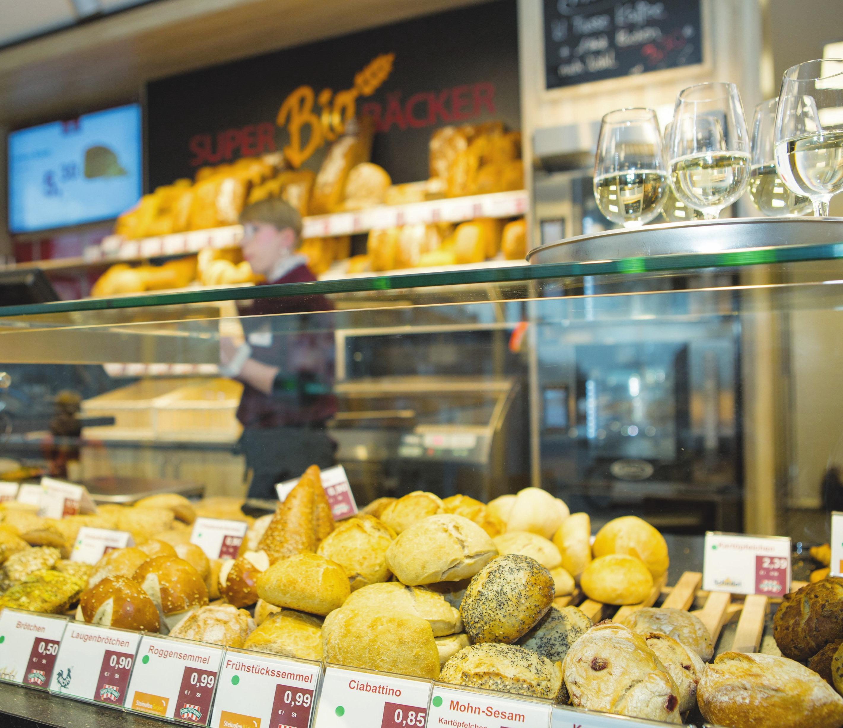 Zum Bio-Vollsortiment gehört auch ein Bäcker mit Brot, Brötchen, Kuchen und herzhaften Snacks. Foto: Diana Fabbricatore
